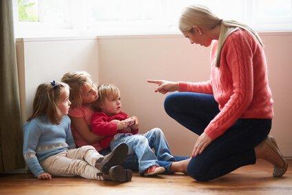 matka krzycząca na małe dzieci